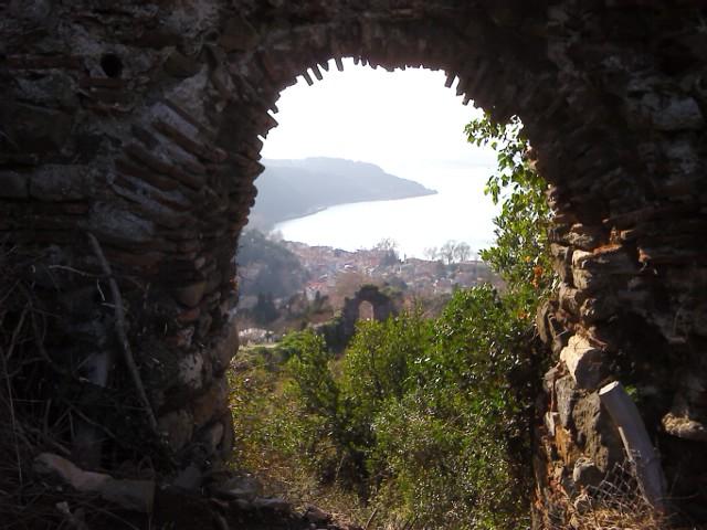 там же гуляем по остаткам крепости