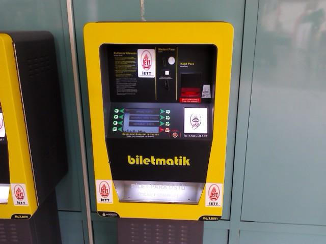 Такие автоматы по продаже жетонов стоят на каждой остановке