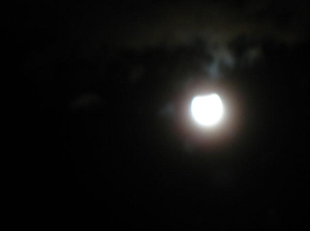 Фото не очень, зато достоверно. Вогнутость сверху - и есть затмение.