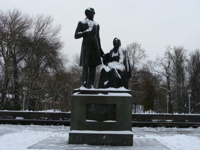 Памятник А.С. Пушкину и Арине Родионовне.
