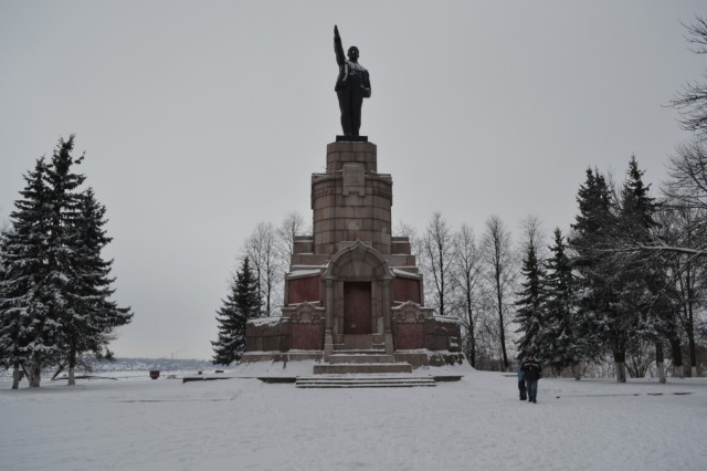 памятник Ленину на постаменте для императора