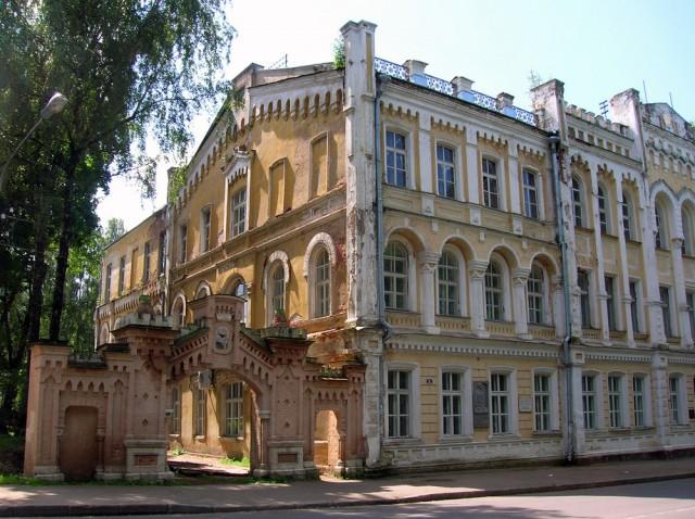 Одно из старых зданий. Когда-то здесь учился будущий писатель Соколов-Микитов