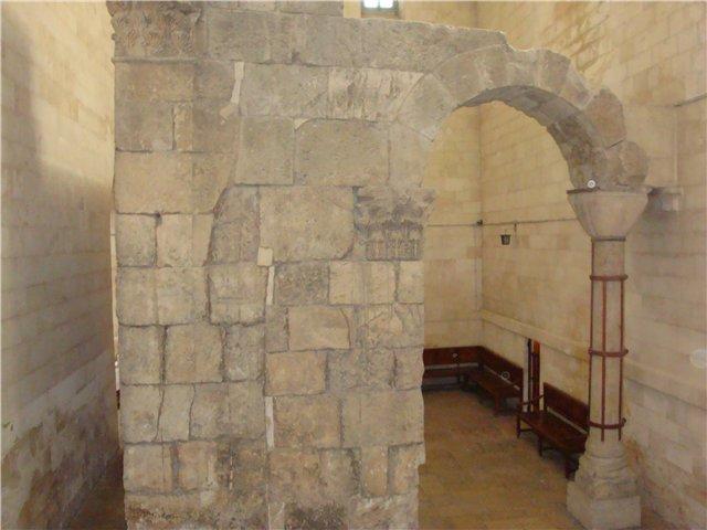 часть стены с аркой