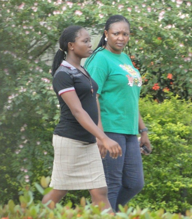 девочки гуляют