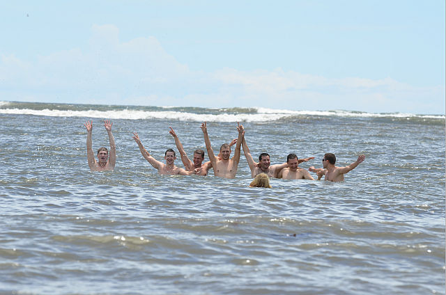 коллективная радость на нашем пляже Ебено-бич