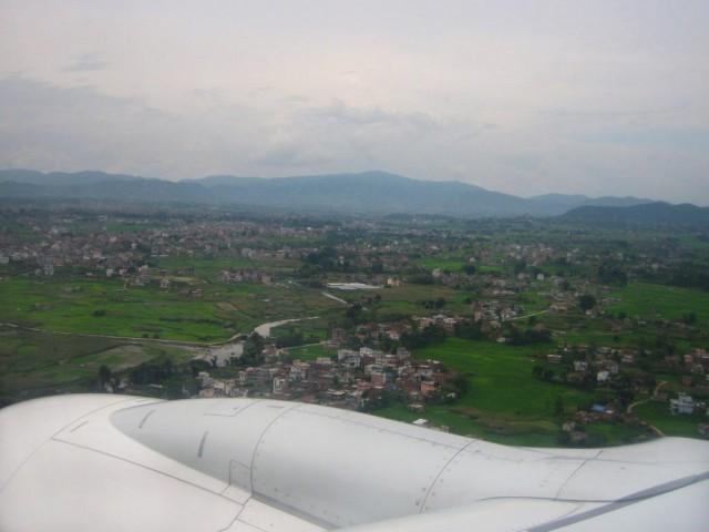 Под крылом самолета игрушечные домики. Это Катманду.