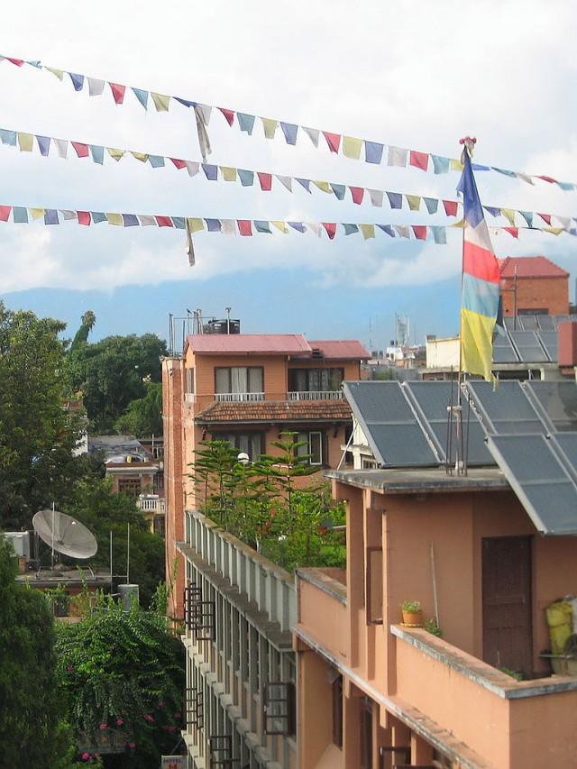 Садики на крышах. Все в зелени. Очень трогательно.