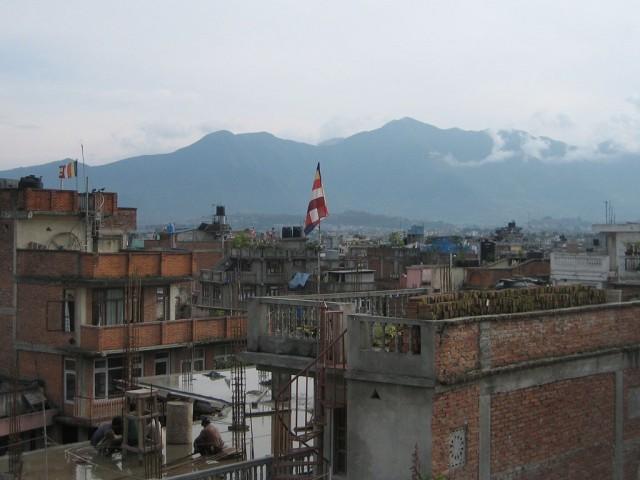 А вокруг - горы. То есть, буквально, горы со всех сторон. Город лежит в гигантской тарелке.