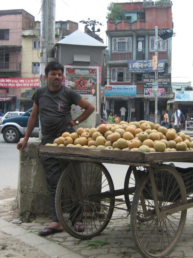 А этот красавец открыл торговлю яблоками на фоне маоистского плакатика.