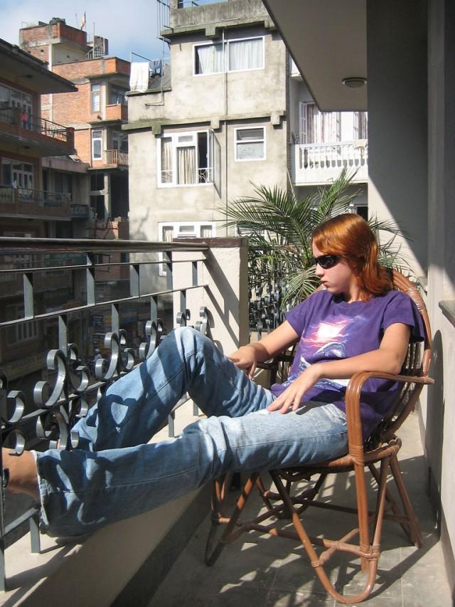 Вот она у меня какая! А внизу, под балконом, шумит Тамель.