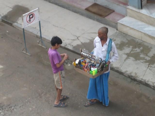 Вот, например, торговец-кришнаит впаривает туристическое барахло зазевавшемуся местному пацану. Чудеса, да и только =)))