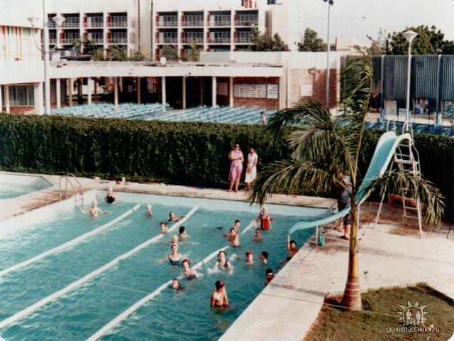 бассейн, за ним летний кинотеатр, за ним гест