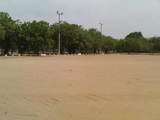 здесь был стадион=футбольное поле с газоном