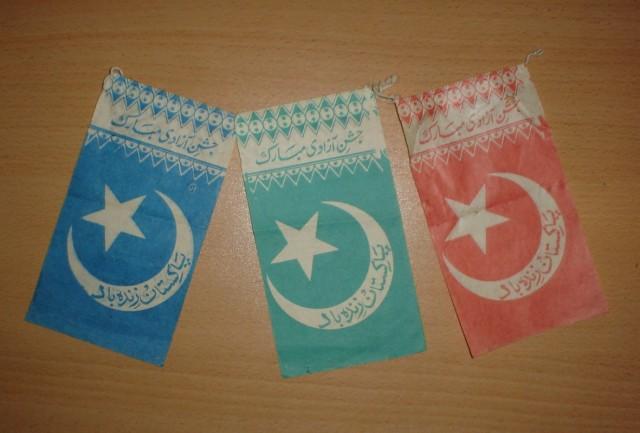 праздничные бумажные флажки с национальной символикой