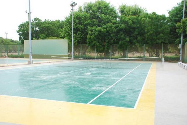 Теннисный корт тоже все еще жив