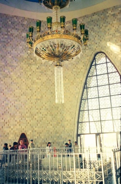 потолочная люстра внутри мавзолея