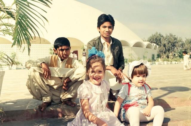 наши детки на фоне мечети