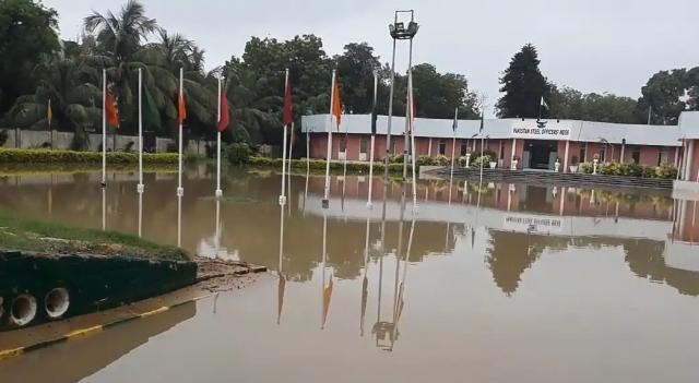 У клуба после дождя.