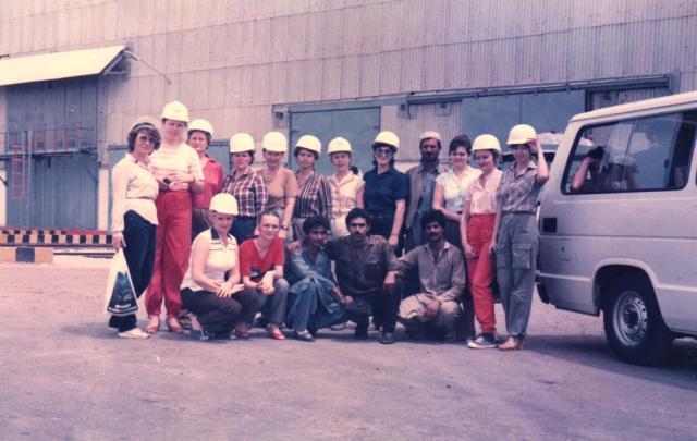 женщины в экскурсии на завод