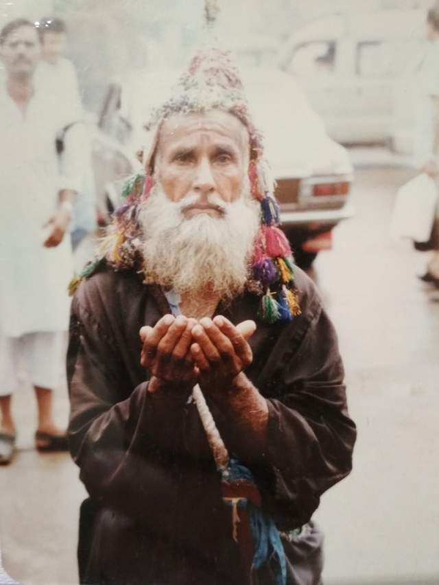 Один из просящих на рынке в Карачи