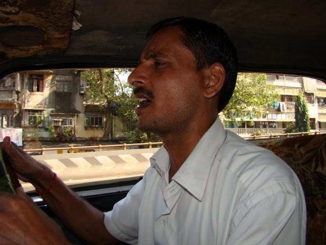 ... он пел, везя нас на такси по мумбаи