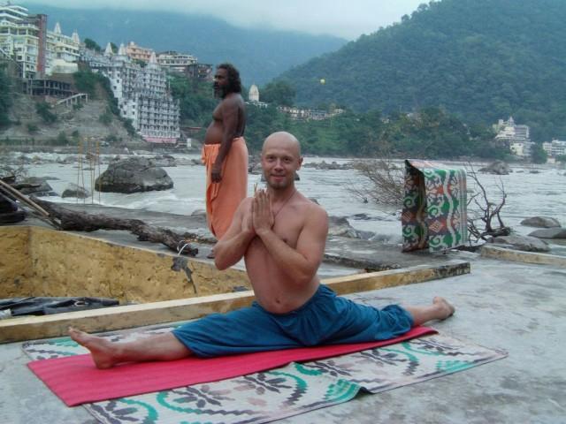 йога на берегу ганги