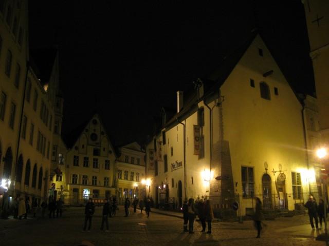 Ресторан Olde Hansa... Там, говорят, нет электричества, и всё преподнесено в антураже средневековья... Никак не попаду внутрь... Впрочем - фиг с ним))