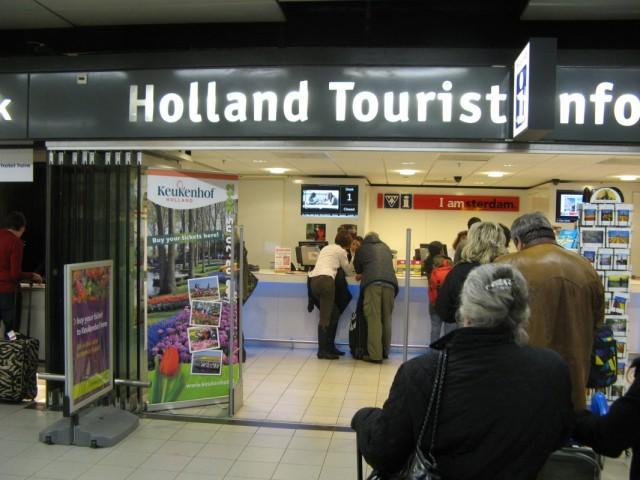 """Пришлось даже воспользоваться """"туристическими услугами"""": спросить как по их мнению лучше добраться в провинцию Drenthe. Впрочем без особого успеха %-)"""