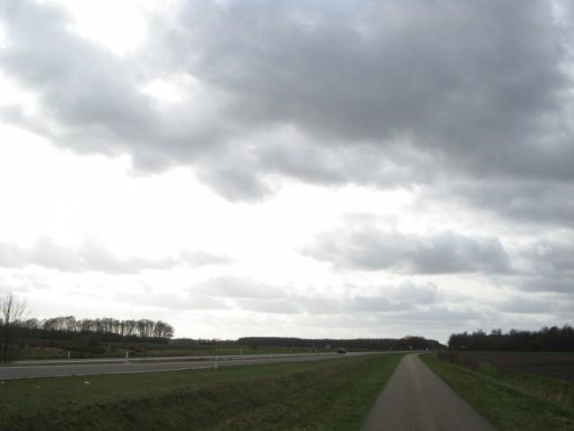 Вид трассы N 381 от кругового вправо. В небольшой рощице слева - дольмены...