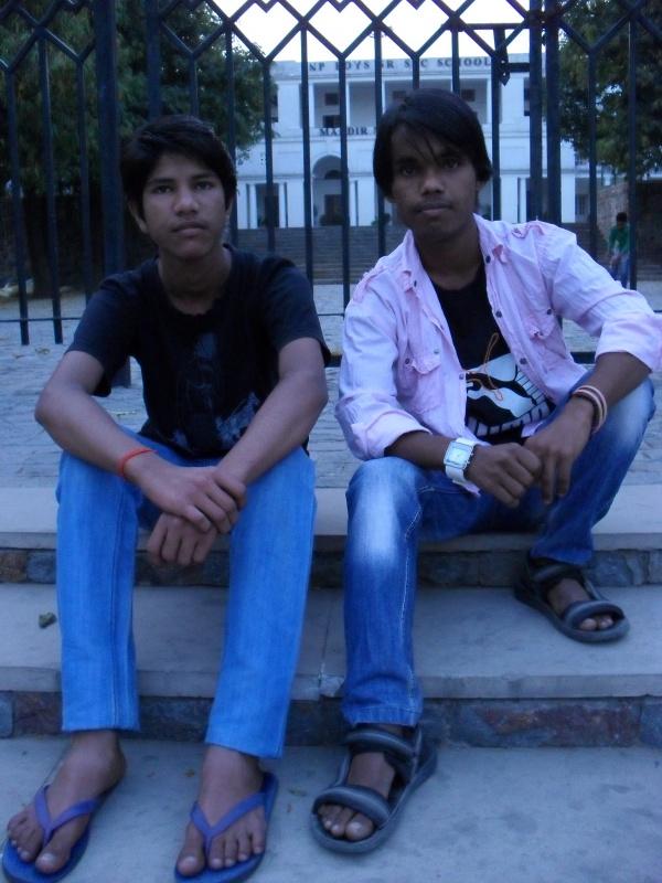 Возле храма Бирла в Дели - школа для мальчиков. А это - ее воспитанники. Сами попросили сфотографировать их
