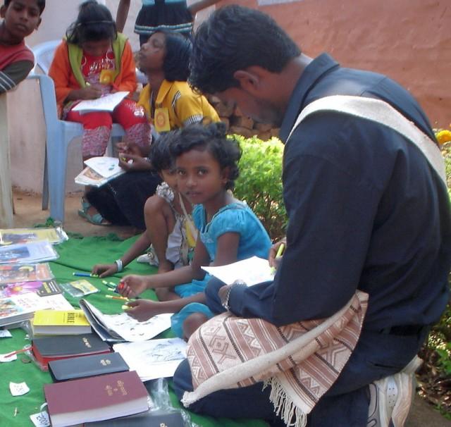 дети-христиане продают церковную литературу