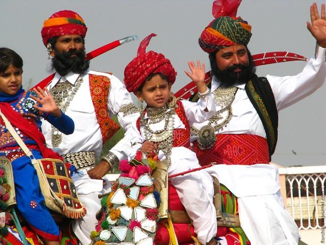 Вместе со взрослыми открывали фестиваль на верблюдах и малыши