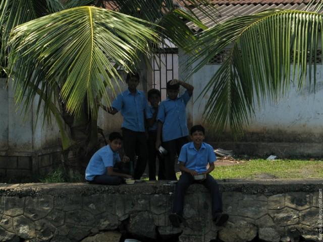 Учащиеся одной из школ на берегу Backwaters