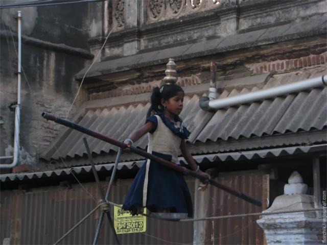 Уличные циркачи в Мадурае