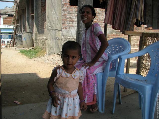 Малышка родилась уже после цунами 2004, а вот ее мама помнит эту трагедию - их дом полностью был разрушен.
