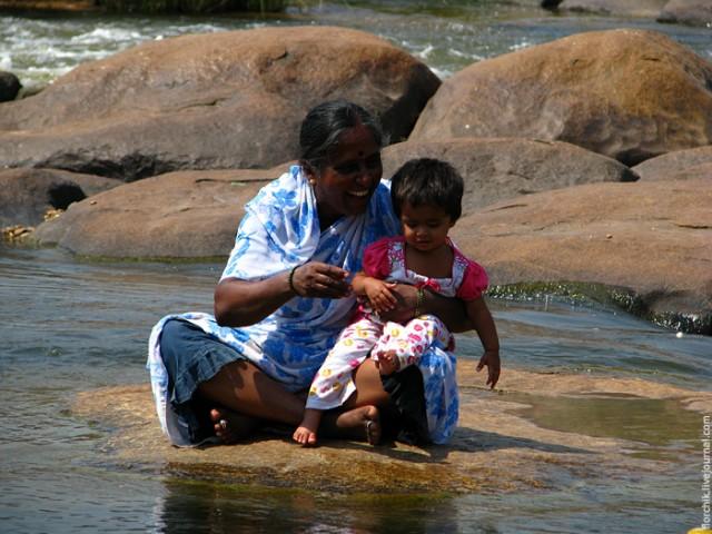 Бабушка с внучкой на камешках реки в Хампи