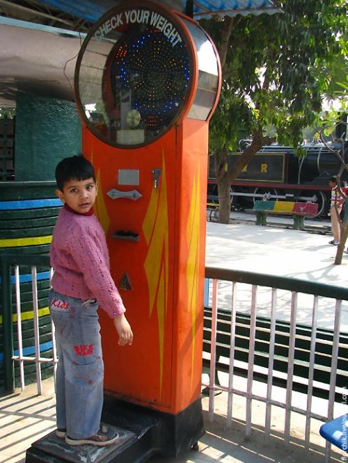 Мальчик в железнодорожном музее