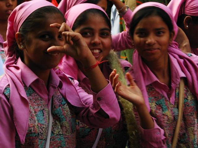 Было шествие различных групп школьников.