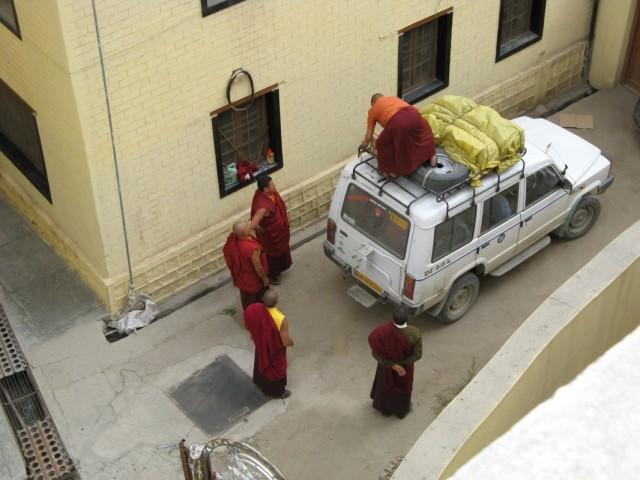 Монахи за забором - вид с крыши