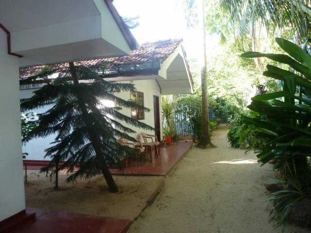 не помню название, эти домики стоили 1200 рупий в октябре 2010 (на троих)
