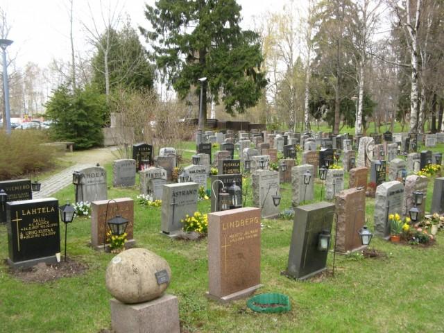 Кладбище возле Церкви Св. Лаврентия. Круглое надгробие среди множества прямоугольных