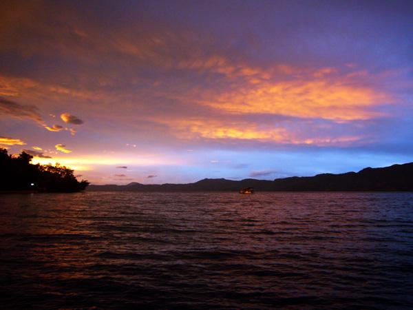 Закат на озере Тоба