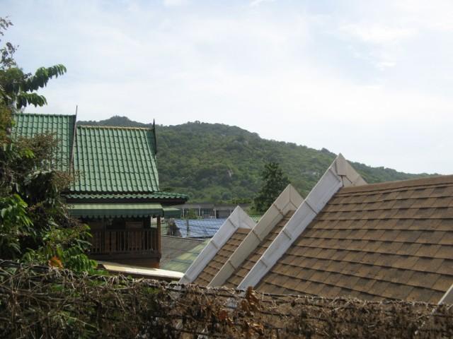 Вид с балкончика гестхауса. Гора между Хаад Рином и Хаад Юанем