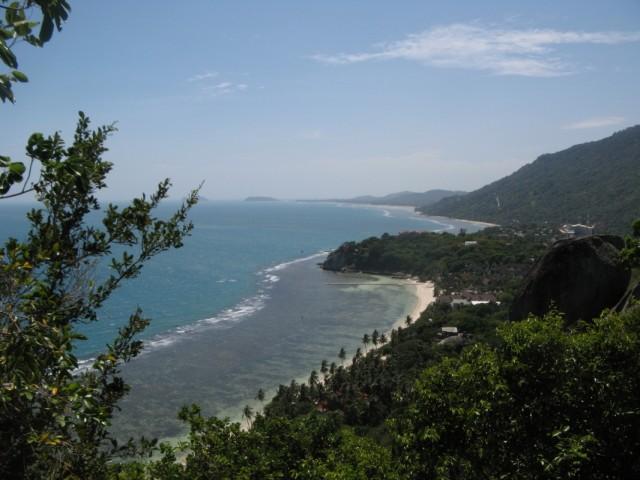 Вторая смотровая точка на хаадринской горе, юго-запад Ко Пангана и пляж Лила. Хорошо видно коралловый риф на Лиле