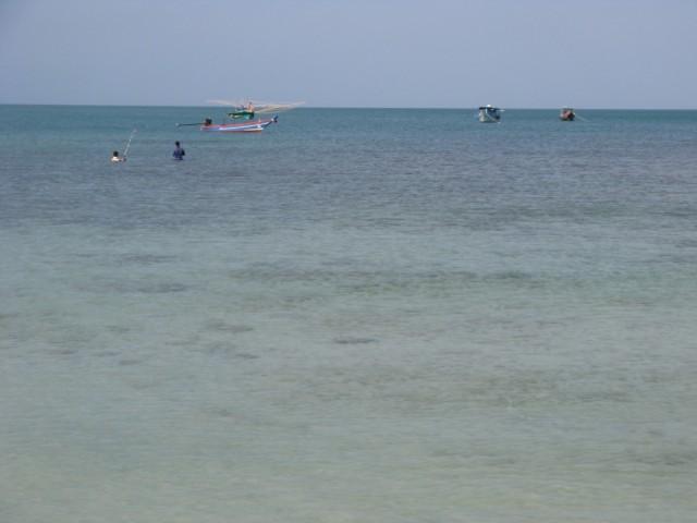 Рыбаки. Вдалеке лодка для ночной ловли кальмаров - с двумя рядами ламп для привлечения головоногих