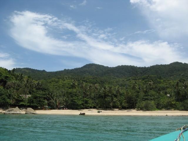 """Пляж Хаад Тхиан. Слева в джунглях - """"Заповедник"""""""