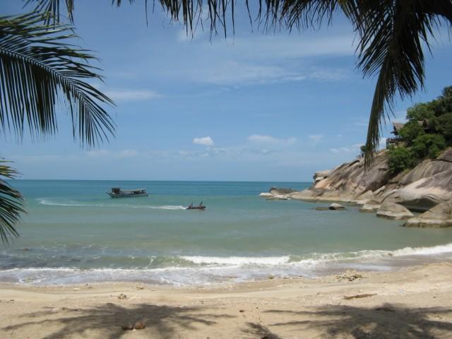 Пляж Хаад Тхиан. На заповедниковской надувной моторке только что отвезли туристов на рейсовую лодку, идущую дальше на Север