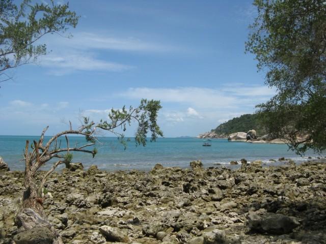Хаад Тхиан с рифа в северном углу. Вдалеке на горизонте видно кусочек Ко Самуи