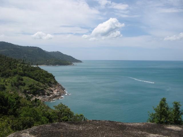 Вид на север, в середине побережья светлая полоска пляжа Восточный Хаад Йао