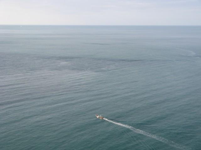Лодка, а там, на горизонте, такое ощущение, что...